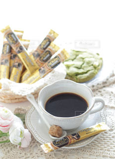 テーブルの上のコーヒー カップの写真・画像素材[1272432]