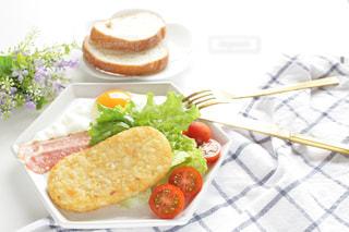 テーブルの上に食べ物のプレートの写真・画像素材[1273031]