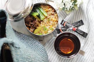 テーブルの上に食べ物のボウルの写真・画像素材[1273846]