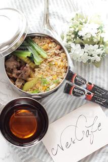 皿のご飯とカップに野菜料理の写真・画像素材[1273848]