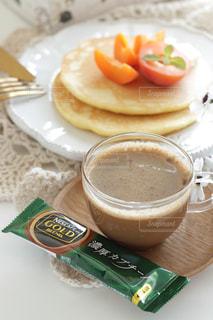 食品とコーヒーのカップのプレートの写真・画像素材[1278819]