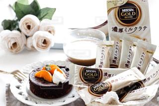 あんずチョコレートケーキと濃厚ミルクティーの写真・画像素材[1295231]
