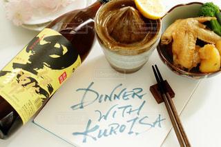 手羽先の煮物とクロイサのレモンハイの写真・画像素材[1422250]