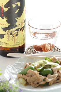 料理とテーブルの上の瓶のプレートの写真・画像素材[1448097]