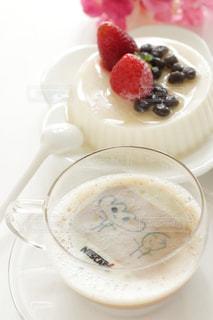 近くに皿の上のケーキのスライスのアップの写真・画像素材[1469493]