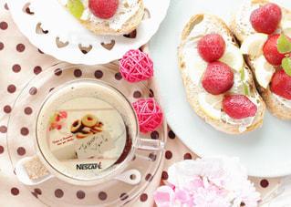 皿の上のケーキのスライスの写真・画像素材[1477881]