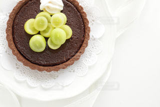 ケーキ,フルーツ,果物,洋菓子,タルト,お菓子,葡萄,パイ,焼き菓子,焼菓子,ぶどう,白バック,ハイアングル,チョコレートパイ,ペストリー,フラットライ