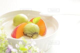 キウイフルーツとすももの杏仁豆腐の写真・画像素材[1798408]
