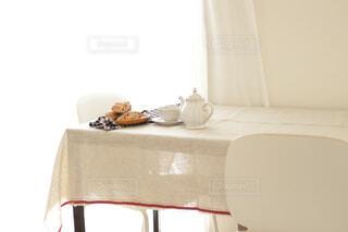 カフェ,インテリア,屋内,花瓶,パン,テーブル,壁,リラックス,食器,家具,お茶,いす,紅茶,おうちカフェ,ドリンク,おうち,ライフスタイル,シンク,ティーポット,窓側,おうち時間