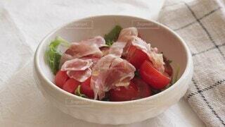 食べ物,フード,野菜,サラダ,洋食,ハム,調味料,生ハム,オリーブオイル,オイル,ボウル,手つくり,かける,チェリートマト