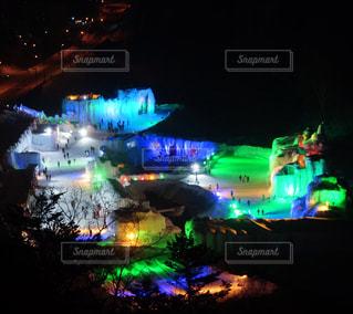 夜のライトアップされた氷瀑まつりの写真・画像素材[1019291]