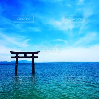 キラキラ輝く琵琶湖と鳥居の写真・画像素材[1019324]