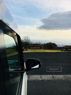 道の端に駐車していた車の写真・画像素材[969713]