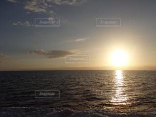 海,空,夕日,太陽,夕焼け,夕暮れ,波,夕陽,地平線,日暮れ