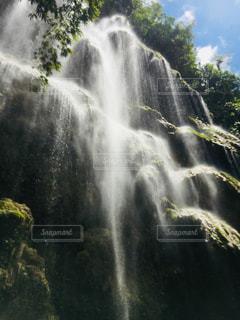 バック グラウンドでの滝の写真・画像素材[1448069]