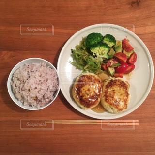 木製のテーブルの上に食べ物のプレートの写真・画像素材[794225]