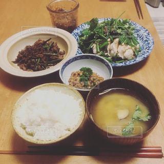 テーブルの上に食べ物のボウルの写真・画像素材[794233]