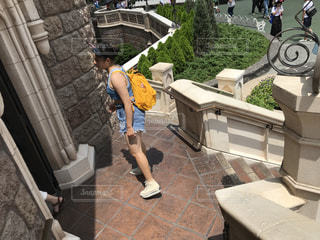歩道に坐っている人の写真・画像素材[714264]