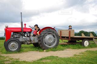 草に駐車トラクターの写真・画像素材[815972]