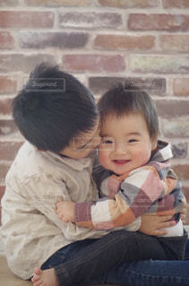赤ん坊を保持している人の写真・画像素材[815992]