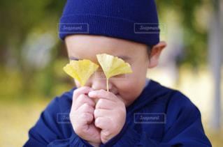 青いシャツを着た男の子がバナナを食べています。の写真・画像素材[840908]