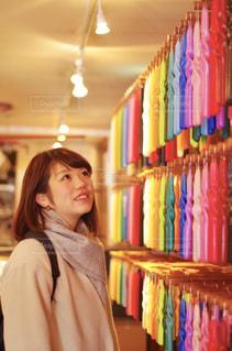 店の前に立っている人の写真・画像素材[1588532]