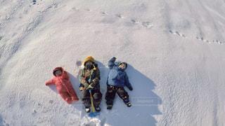 雪をスノーボードに乗る男覆われた斜面の写真・画像素材[1774099]