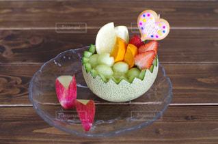 木製テーブルの上にフルーツとケーキの写真・画像素材[1786571]