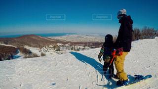 雪をスノーボードに乗る人が斜面をカバーの写真・画像素材[1787539]