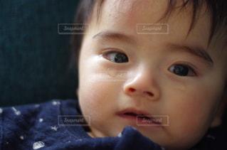近くに赤ちゃんのアップの写真・画像素材[1790253]