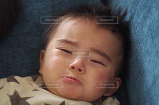 近くに赤ちゃんのアップの写真・画像素材[1800347]