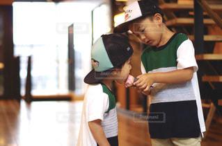 帽子をかぶった若い男の子の写真・画像素材[2130176]