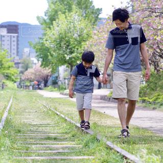 草の中を歩いている人々のグループの写真・画像素材[2138769]
