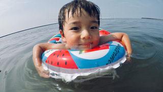 水域の中の小さな男の子の写真・画像素材[2379072]
