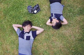 草の上に立っている小さな男の子の写真・画像素材[2390892]