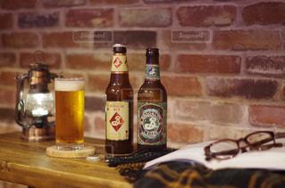 テーブルの上のビールのボトルの写真・画像素材[2817246]