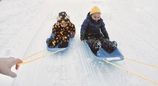 雪に覆われた斜面をスノーボードに乗っている男の写真・画像素材[2852052]