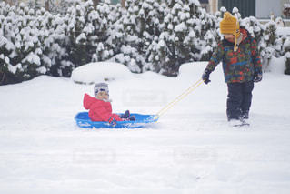 雪の上でスキーをする人の写真・画像素材[2852051]
