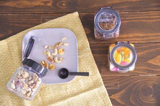 木製のテーブルの上に座っているケーキの写真・画像素材[2871658]