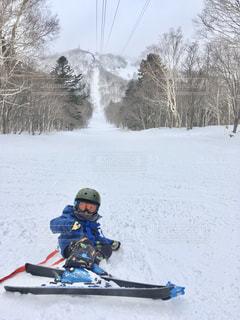雪に覆われた斜面をスキーに乗る男の写真・画像素材[2970120]