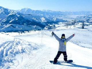 雪に覆われた山をスキーに乗る人の写真・画像素材[2989595]