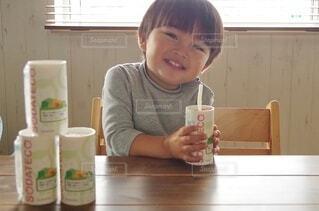 テーブルに座っている小さな男の子の写真・画像素材[3932209]