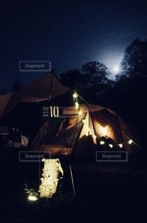 暗い部屋のテントの写真・画像素材[3969162]