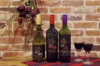 テーブルの上にワイン1本の写真・画像素材[4059794]