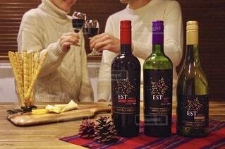 テーブルの上にワインのボトルを持っている人の写真・画像素材[4059793]