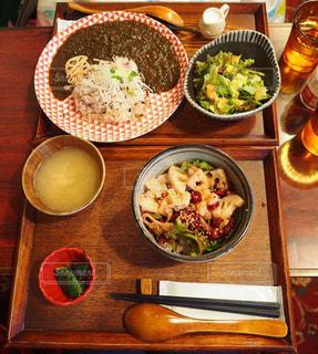 木製のテーブルの上に食べ物のボウル - No.739363