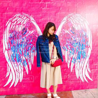 建物の前に立っている女性の写真・画像素材[771898]