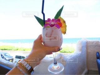 ワインのグラスを持っている人の写真・画像素材[933057]
