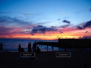 日没の前にビーチの人々 のグループの写真・画像素材[1287502]