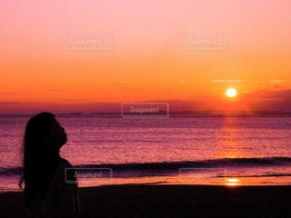 水の体に沈む夕日 - No.777605